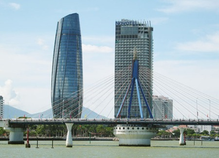 Tòa nhà hành chính Đà Nẳng bên bờ sông Hàn